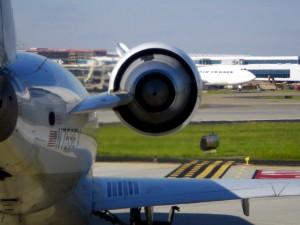 Trabajar en la pista de aterrizaje de un avión